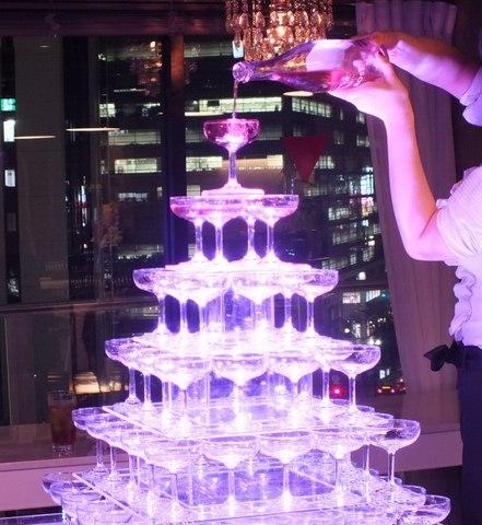シャンパンタワーで豪華に演出