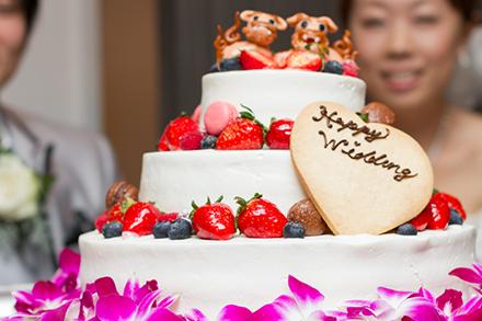 結婚披露パーティーに華を添えるウエディングケーキ