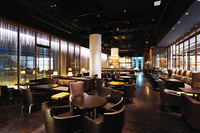 最大300名収容の大人レストラン 3面スクリーンも人気