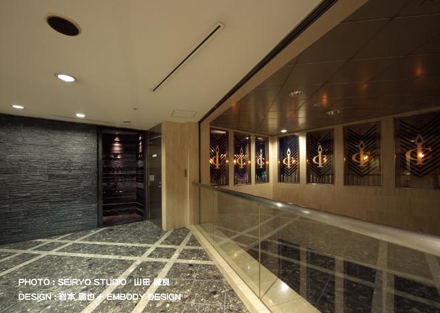 エレベーターを降りたロビーホールは吹き抜けで開放感あり♪