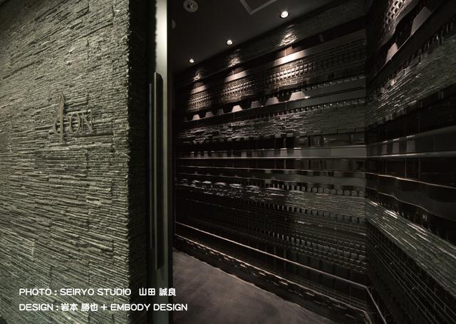 入口扉はこのようなミックスタイルのデザインが重厚でオシャレ