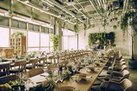 大きな窓と高い天井で、開放感のある会場