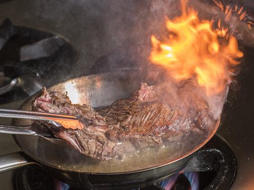 手間かけ焼き上げる牛ハラミのアロゼ
