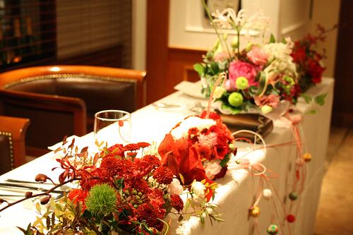 お花で飾られた新郎新婦席